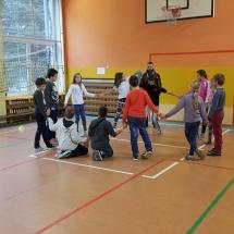 Gra terenowa w murach szkoły