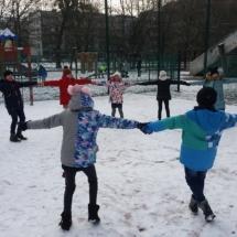 zimowe zabawy na boisku